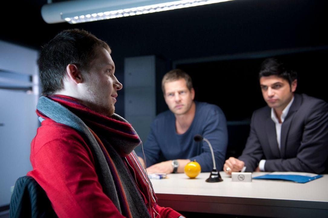 Moritz (Kai Malina, l.), der Stiefsohn der Ermordeten, lügt, was das Zeug hält. Doch damit kommt er bei Mick (Henning Baum, M.) und Andreas (Maximil... - Bildquelle: Martin Rottenkolber SAT.1