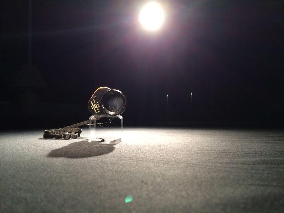 Don Wildman präsentiert das Monokel, mit dem ein Soldat eine waghalsige Flucht unternommen hat ... - Bildquelle: 2014, The Travel Channel, L.L.C. All Rights Reserved.
