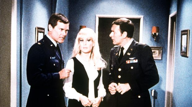 Das Hotel hat die Reservierungen von Tony (Larry Hagman, l.), Jeannie (Barbar...