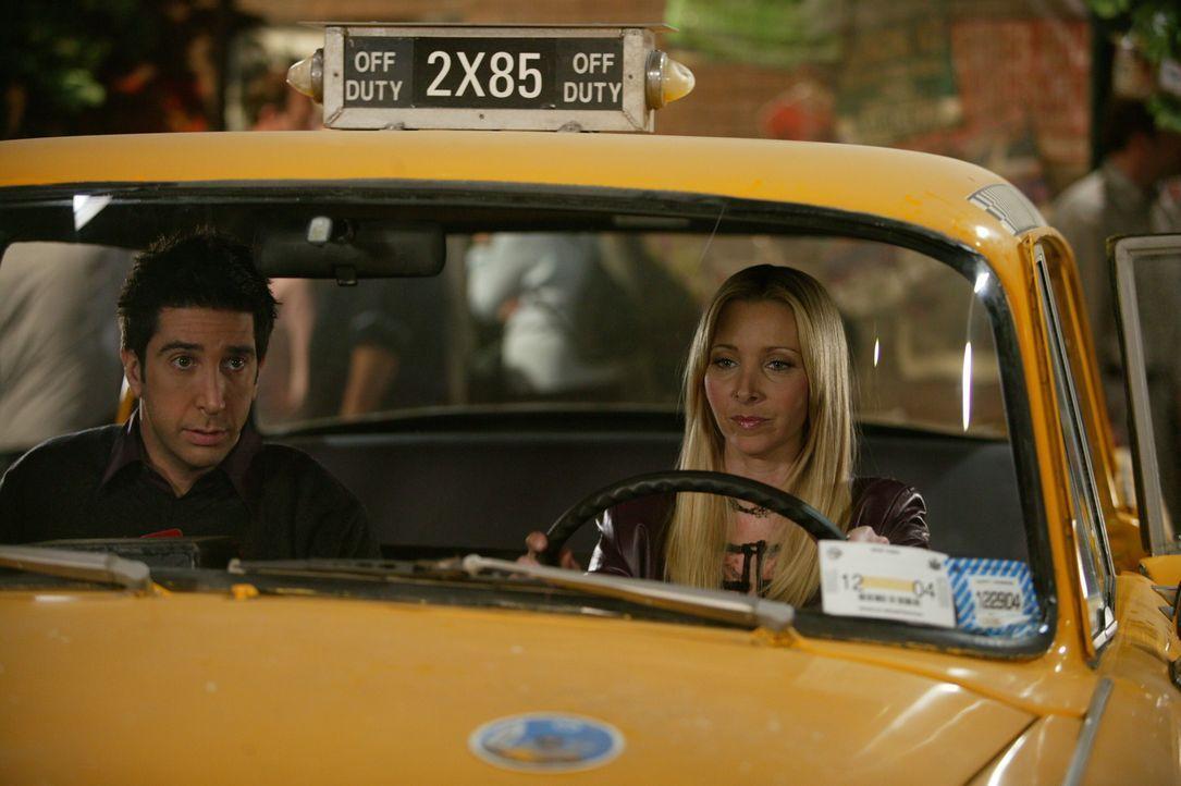Ross (David Schwimmer, l.) ist klar, dass er mit Rachel zusammenbleiben will und fährt mit Phoebe (Lisa Kudrow, r.) in ihrem Taxi zum Flughafen, um... - Bildquelle: 2003 Warner Brothers International Television