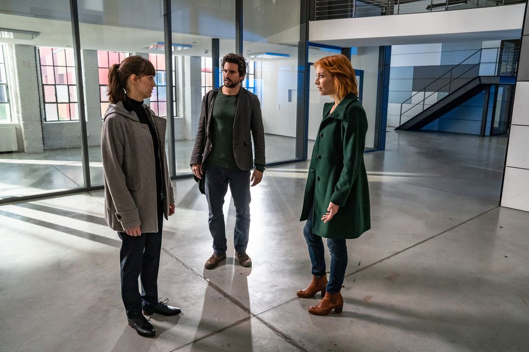 """(v.l.n.r.) Dr. Miriam Vogt (Sophie Lutz); Felix """"Einstein"""" Winterberg (Tom Beck); Elena Lange (Annika Ernst) - Bildquelle: Wolfgang Ennenbach SAT.1/Wolfgang Ennenbach"""
