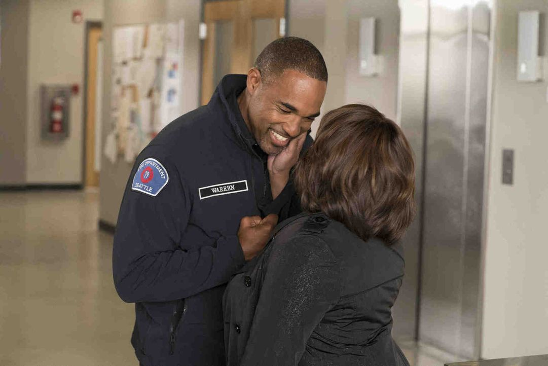 Kann Miranda (Chandra Wilson, r.) den neuen Job ihres Mannes Ben (Jason George, l.) nun endlich akzeptieren? - Bildquelle: Eric McCandless 2018 American Broadcasting Companies, Inc. All rights reserved./Eric McCandless