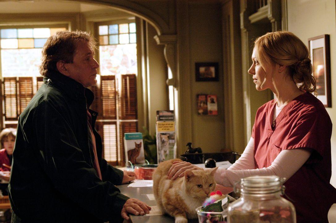 """""""The Commander"""" (Tom Berenger, l.) will der Sache mit Sam auf den Grund gehen und besucht Hannah (Laura Prepon, r.) in der Tierklinik ... - Bildquelle: 2007 American Broadcasting Companies, Inc. All rights reserved."""