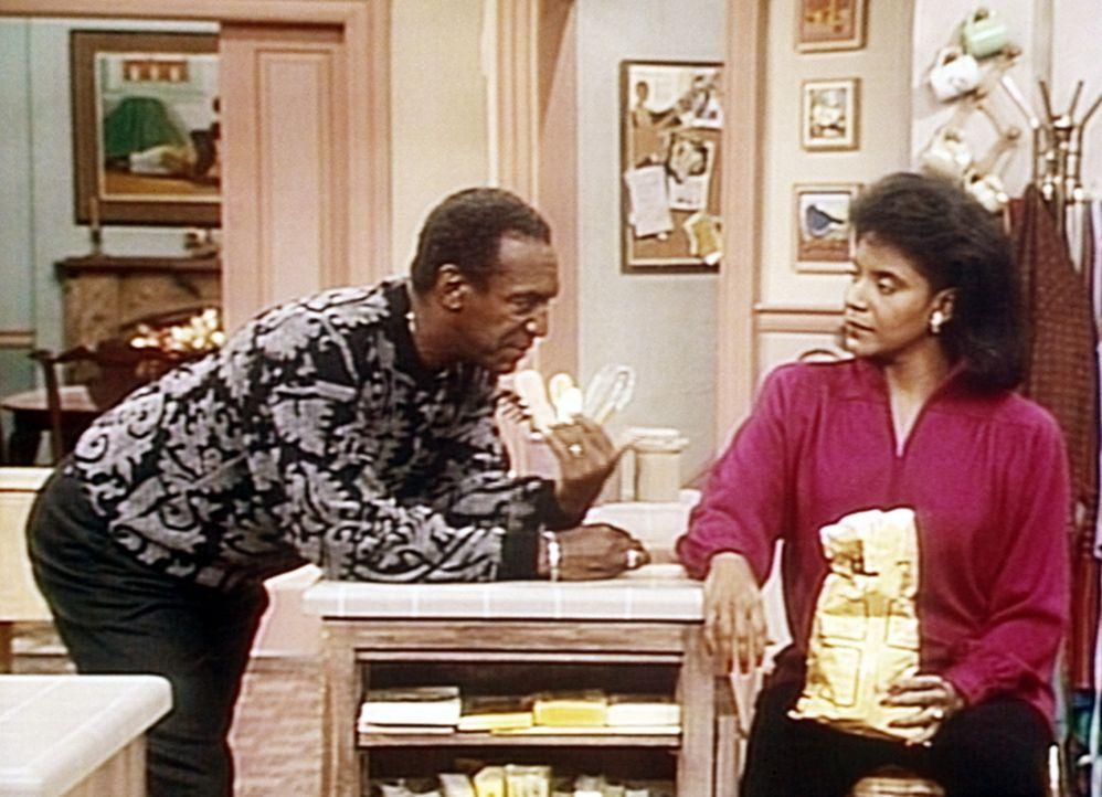 Denise eröffnet ihren Eltern, sie wolle doch nicht aufs College gehen. Entgegen ihrer Annahme reagieren Cliff (Bill Cosby, l.) und Clair (Phylicia... - Bildquelle: Viacom