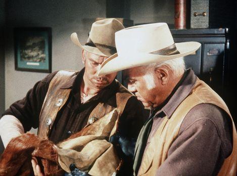 Bonanza - Der Sheriff (Slim Pickens, l.) verdächtigt Ben (Lorne Greene, r.),...
