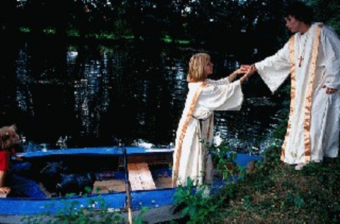 Sabrina Lorenz (Katerina Jacob, r.) hat sich unter die Gläubigen der katholischen Einrichtung 'Lichtwerk' gemischt und ist dort auf die völlig verzw... - Bildquelle: Magdalena Mate Sat.1