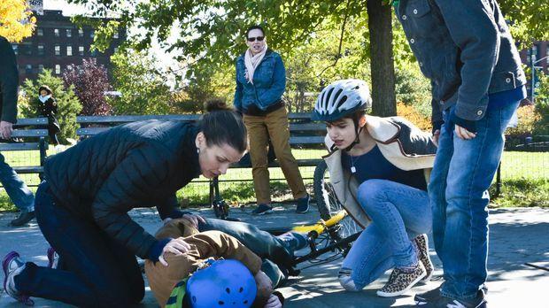 Der Unfall Seans (Andrew Terraciano, liegend) schockiert Erin (Bridget Moynah...
