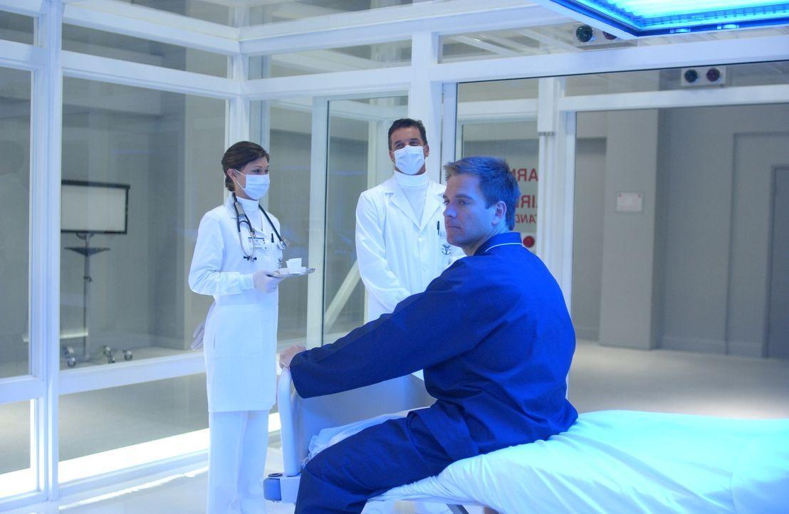 Sind besorgt um Tonys (Michael Weatherly, r.) Gesundheitszustand: Schwester Emma (Kelsey Oldershaw, l.) und Dr. Pitt (Steven Eckholdt, M.) ... - Bildquelle: CBS Television