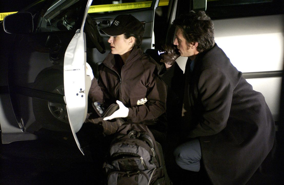 Bei der Klärung eines neuen Falles erhalten die Gibbs, Kate (Sasha Alexander, l.) und das restliche NCIS Team Unterstützung von Detektiv Montelone... - Bildquelle: CBS Television