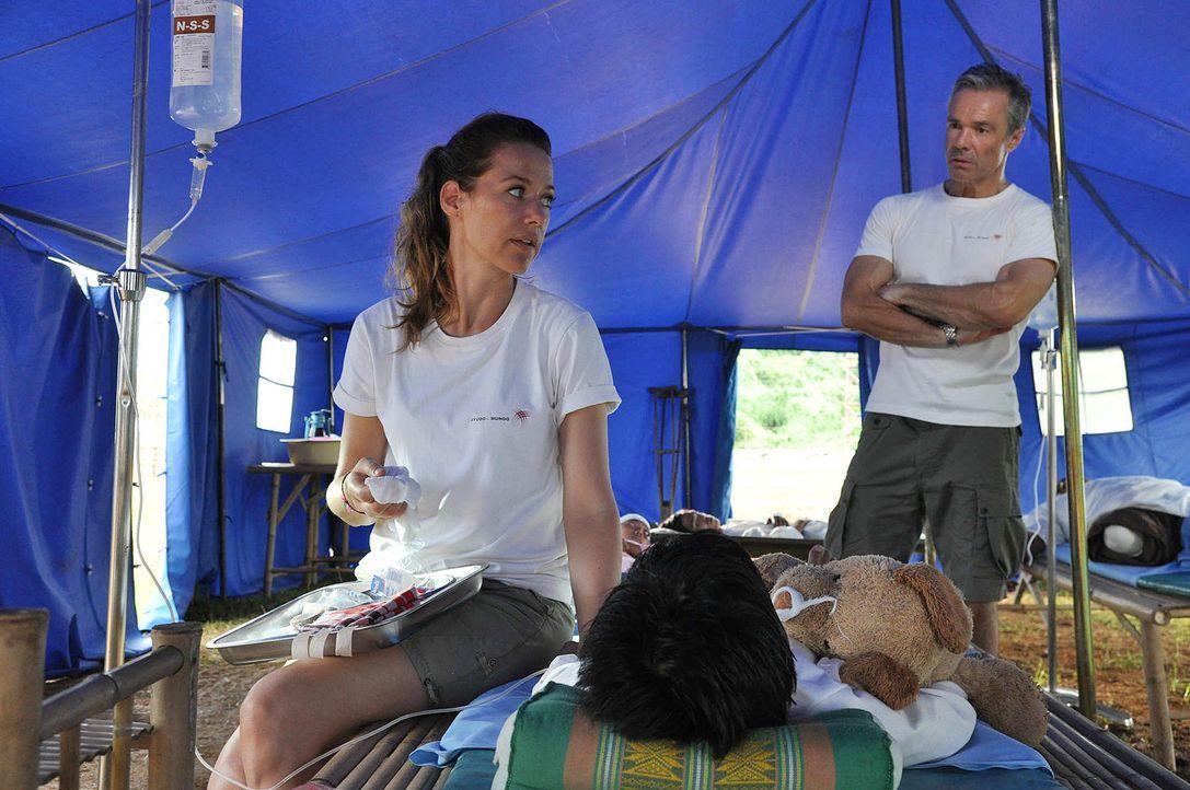 Sophie (Alexandra Neldel, l.) ist schockiert von den mageren Mitteln, die den Ärzten dort zur Erstversorgung der verletzten Menschen zur Verfügung s... - Bildquelle: Aki Pfeiffer SAT.1