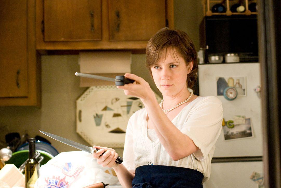 Julie Powell (Amy Adams) lebt im Jahr 2002 und ist gelangweilt von ihrem Leben. Bis ihr das Buch von Julia Child in die Hände fällt. Sie fasst den a... - Bildquelle: 2009 Columbia Pictures Industries, Inc. All Rights Reserved.