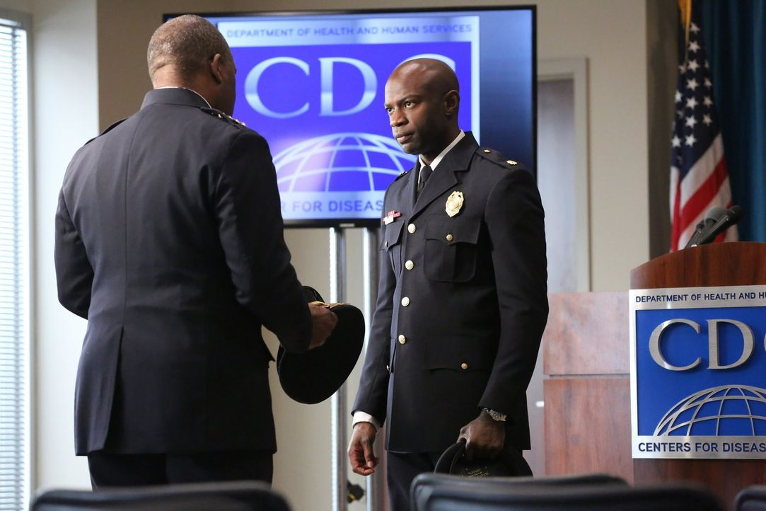 Als sich die Lage in der Sperrzone immer weiter verschlechtert, bitte Chief Besser (Gregory Alan Williams, l.) Lex (David Gyasi, r.), mit einem Stat... - Bildquelle: Warner Brothers