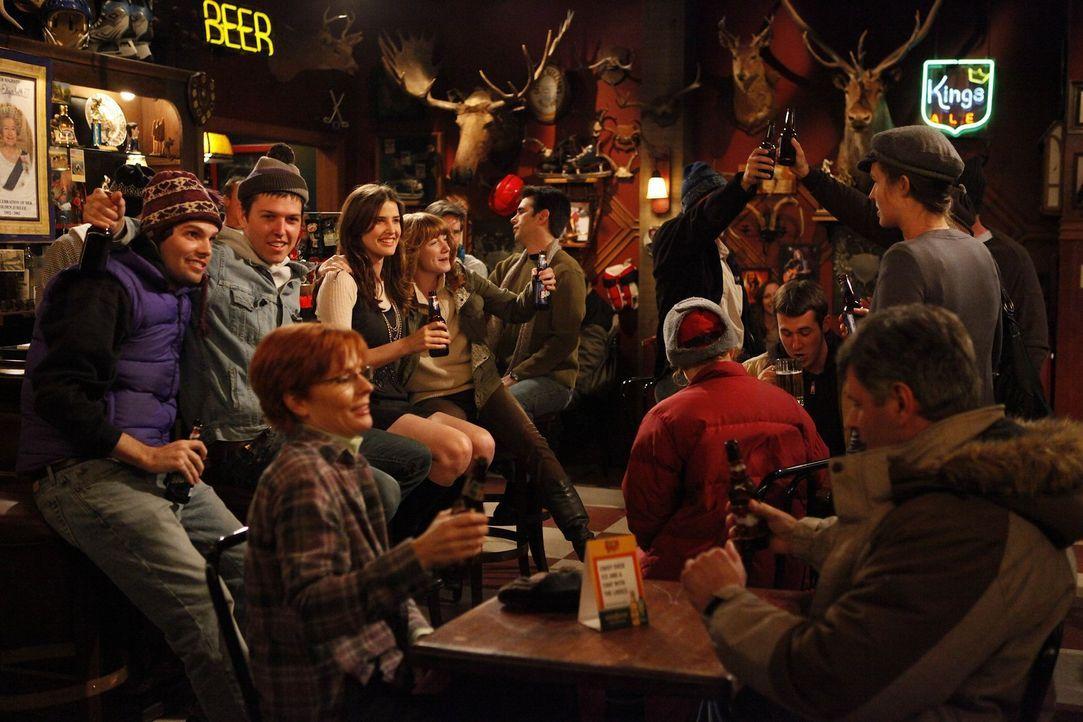 In ihrer kanadischen Stammkneipe fühlt sich Robin (Cobie Smulders, 4.v.l.) wohl ... - Bildquelle: 20th Century Fox International Television
