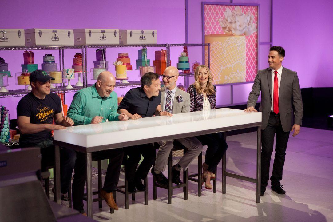 Moderator Jonathan Bennett (r.) ist gespannt auf die Kuchen im Superhelden-Stil und auch die Jury, bestehend aus Waylynn Lucas (2.v.r.), Ron Ben-Isr... - Bildquelle: Emile Wamsteker 2015, Television Food Network, G.P. All Rights Reserved