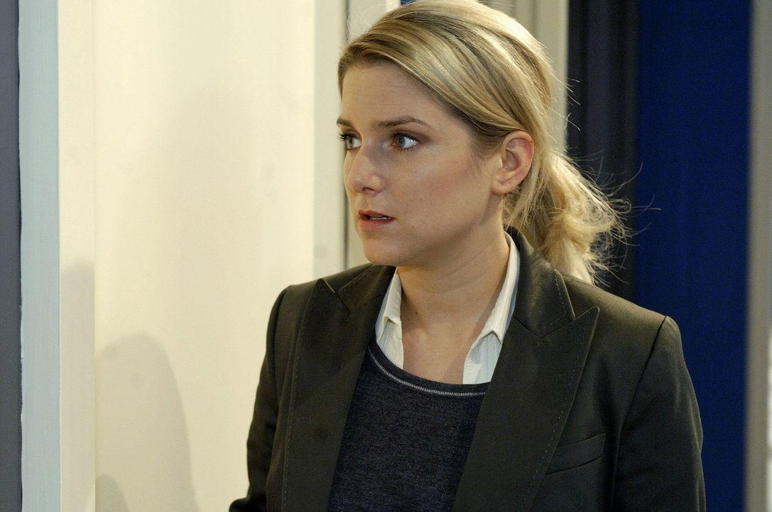 Anna (Jeanette Biedermann) entdeckt bestürzt, dass Gerrit Broda & Broda mit der bankrotten Firma Watanabe in den Ruin treiben will. - Bildquelle: Oliver Ziebe Sat.1