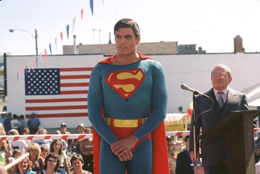 Der Helfer in der Not wird gefeiert: Supaerman (Christopher Reeve, l.) - Bildquelle: Warner Bros.