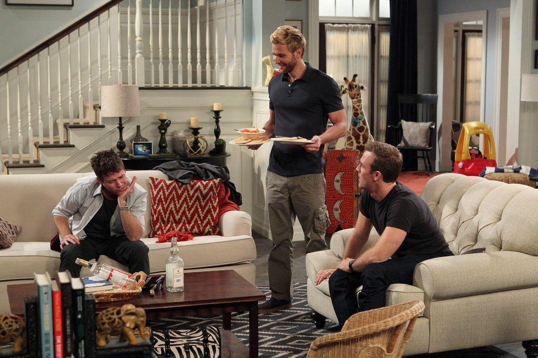 Kann Lowell (Rick Donald, M.) Bobby (Kevin Connolly, l.) und Will (James Van Der Beek, r.) zeigen, was ein richtiger Männerabend ist? - Bildquelle: 2013 CBS Broadcasting, Inc. All Rights Reserved.