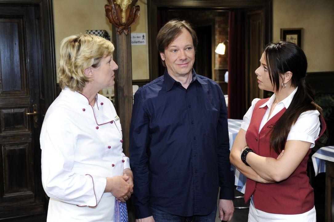 Susanne (Heike Jonca, l.) und Paloma (Maja Maneiro, r.) sind erstaunt, als sie erfahren, dass Armin (Rainer Will, M.) es nicht übers Herz gebracht... - Bildquelle: Sat.1