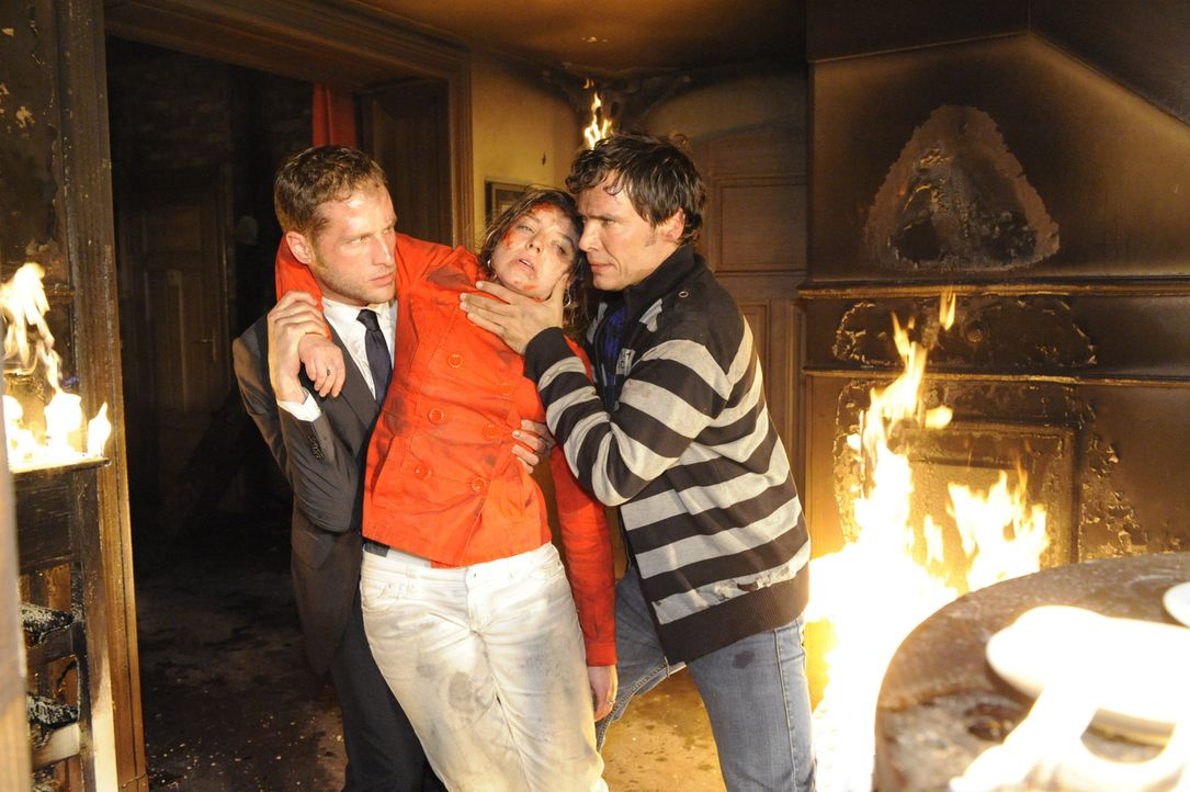 Während Jojo um Lars Befreiung kämpft versuchen David (Lee Rychter, l.) und Alexander (Paul Grasshoff, r.) Katja (Karolina Lodyga, M.) zu retten ... - Bildquelle: SAT.1