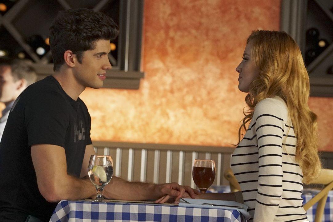 Eben hält Rainer (Carter Jenkins, l.) noch eine lange Rede über die Trennung von Privat- und Arbeitsleben, doch dann greift er nach Paiges (Bella Th... - Bildquelle: Warner Bros.