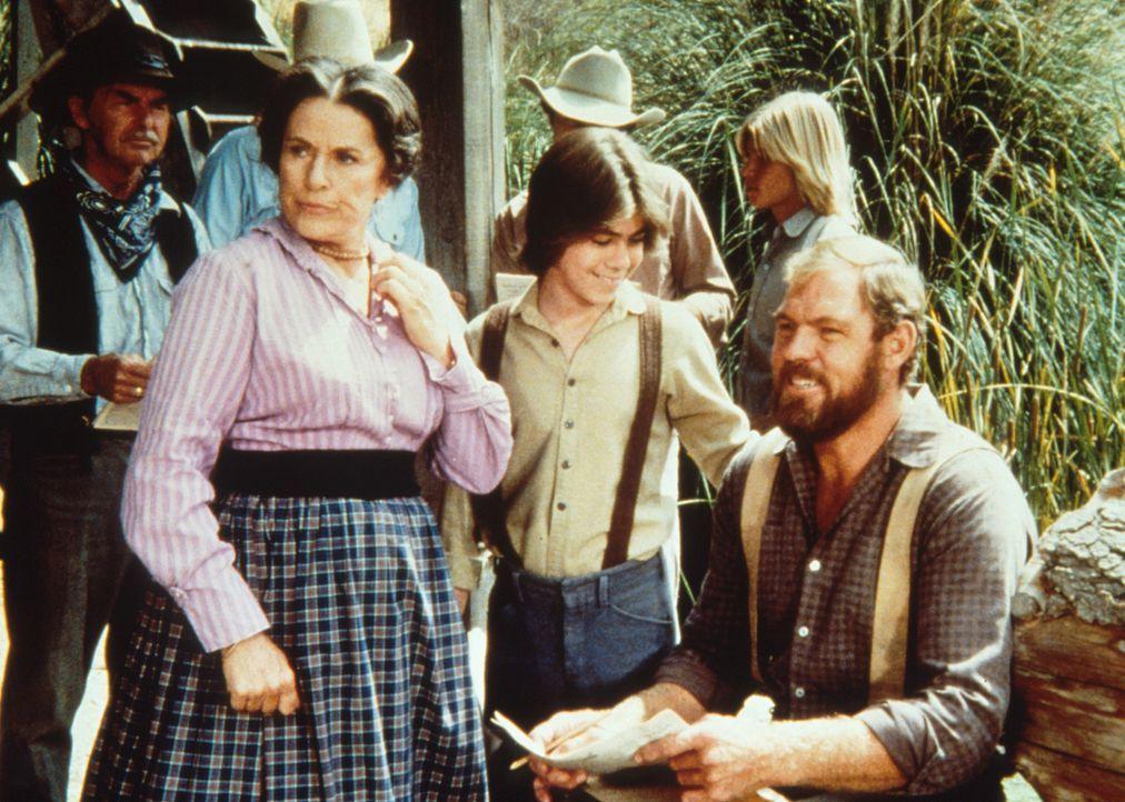 Harriet Oleson (Katherine MacGregor, 2.v.r.) möchte von Garvey (Merlin Olsen, r.) ein Autogramm. Garveys Sohn Andy (Patrick Laborteaux, M.) ist stol... - Bildquelle: Worldvision