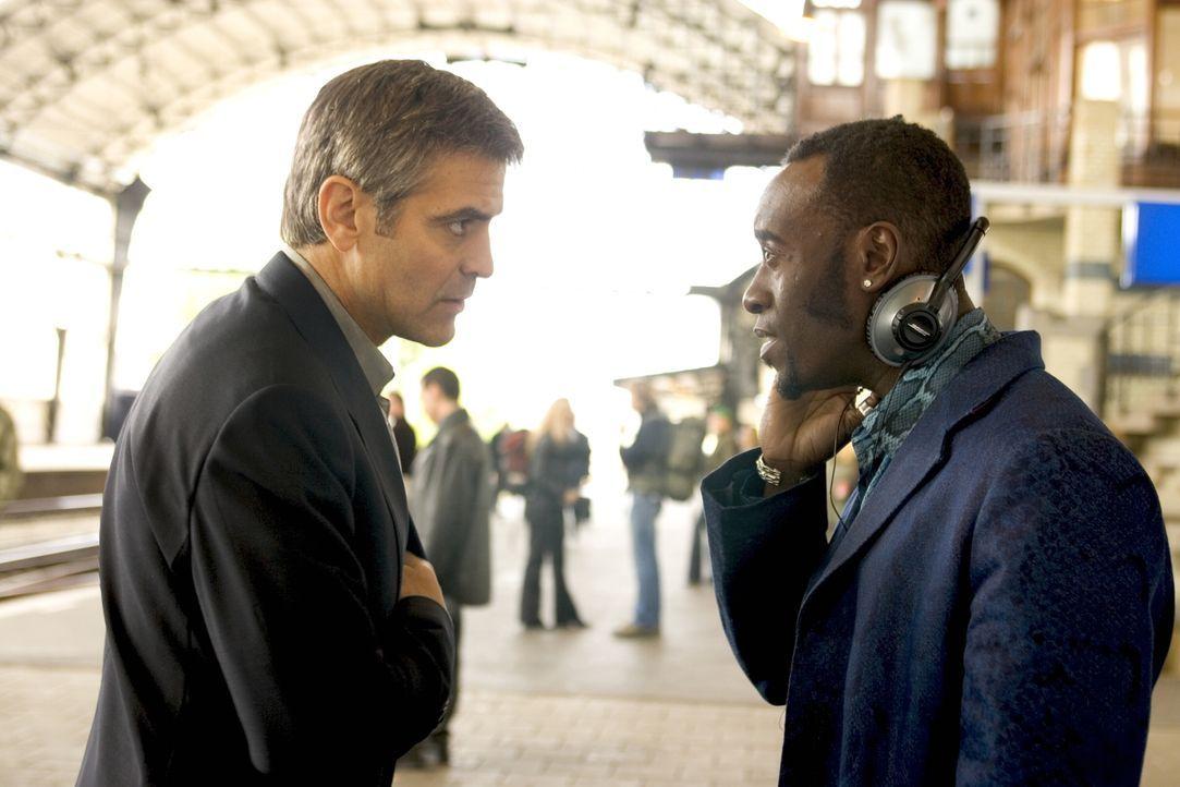 Als Danny (George Clooney, l.) die Vergangenheit einholt, kann er glücklicherweise auf seine alte Crew (Don Cheadle, r.) zählen ... - Bildquelle: Warner Bros. Television
