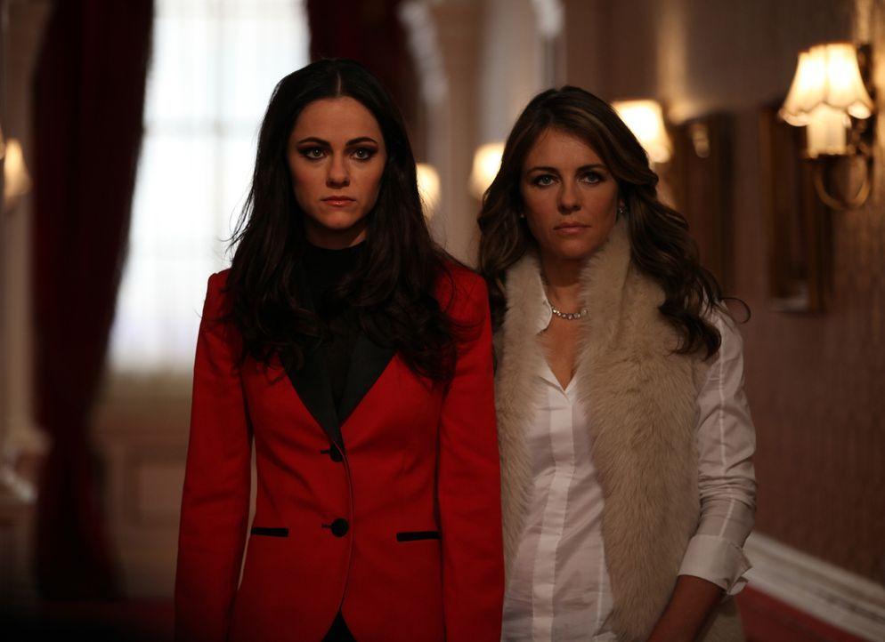 Königin Helena (Elizabeth Hurley, r.) und Prinzessin Eleanor (Alexandra Park, l.) verbringen einen ganz besonderen Tag miteinander, während König Cy... - Bildquelle: 2015 E! Entertainment Media LLC/Lions Gate Television Inc.