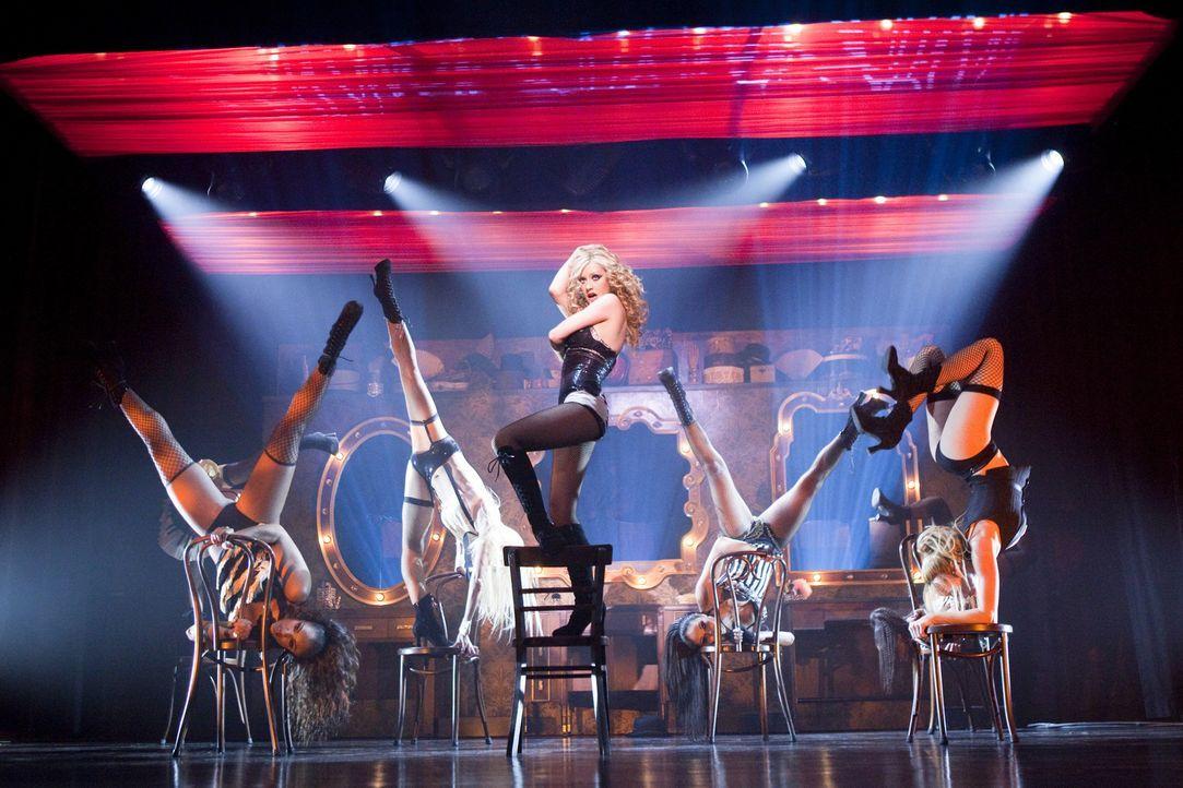 Let the show begin! Ihre Stimme und ihre Bühnenpräsenz sorgen bei Tess für die längst notwendigen vollen Kassen: Ali Rose (Christina Aguilera, M.) .... - Bildquelle: 2010 Screen Gems, Inc. All Rights Reserved.