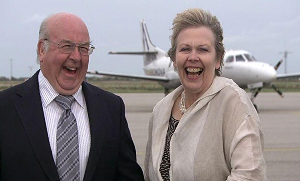 Janne (r.), Mitglied des britischen Hausfrauenbundes, feiert eine sehr bodenständige Hochzeit mit ihrem Mann (l.). - Bildquelle: ITV Studios Limited 2012