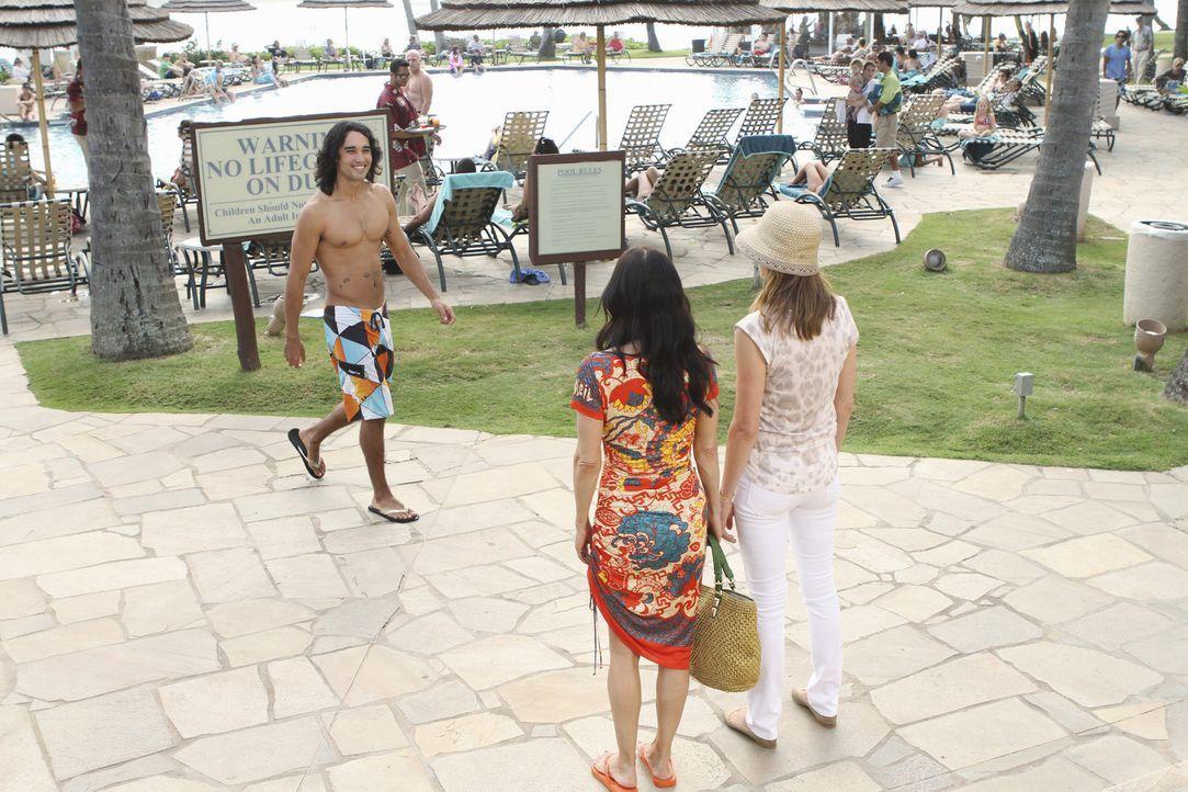 Ellie (Christa Miller, r.) und Jules (Courteney Cox, M.) sind begeistert von den rassigen Männern (Wiki Villa, l.) auf Hawaii ... - Bildquelle: 2010 ABC INC.