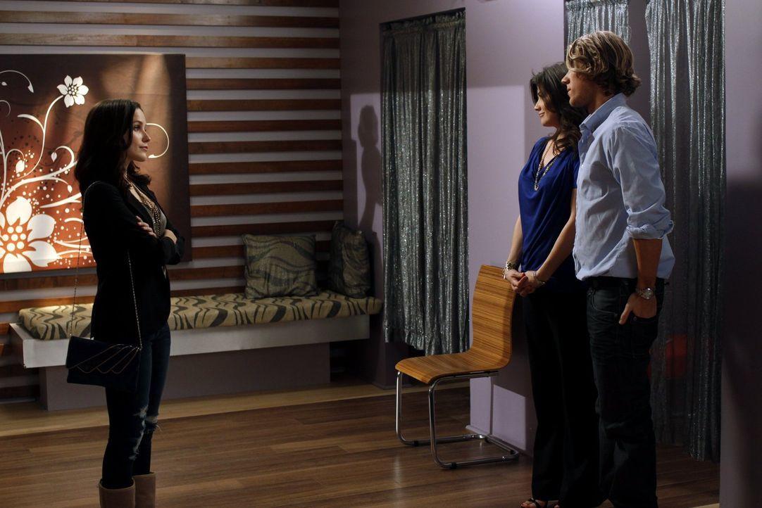 Brooke (Sophia Bush, l.) ist geschockt, als sie von den Plänen von Victoria (Daphne Zuniga, M.) und Alexander (Mitch Ryan, r.) erfährt ... - Bildquelle: Warner Bros. Pictures