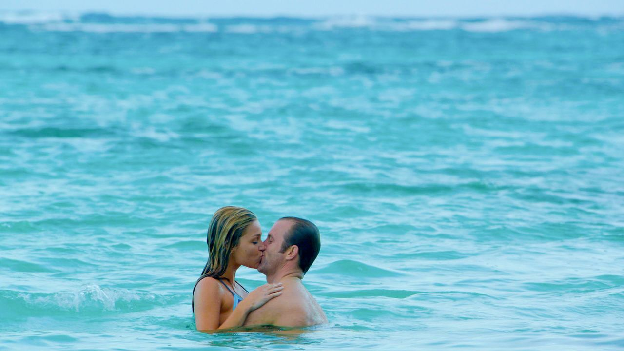 Danny (Scott Caan, r.) ist mit seiner Freundin Amber (Lili Simmons, l.) in ein romantisches Wochenende abgetaucht. Doch dieser Kurzurlaub endet ande... - Bildquelle: 2014 CBS Broadcasting Inc. All Rights Reserved.