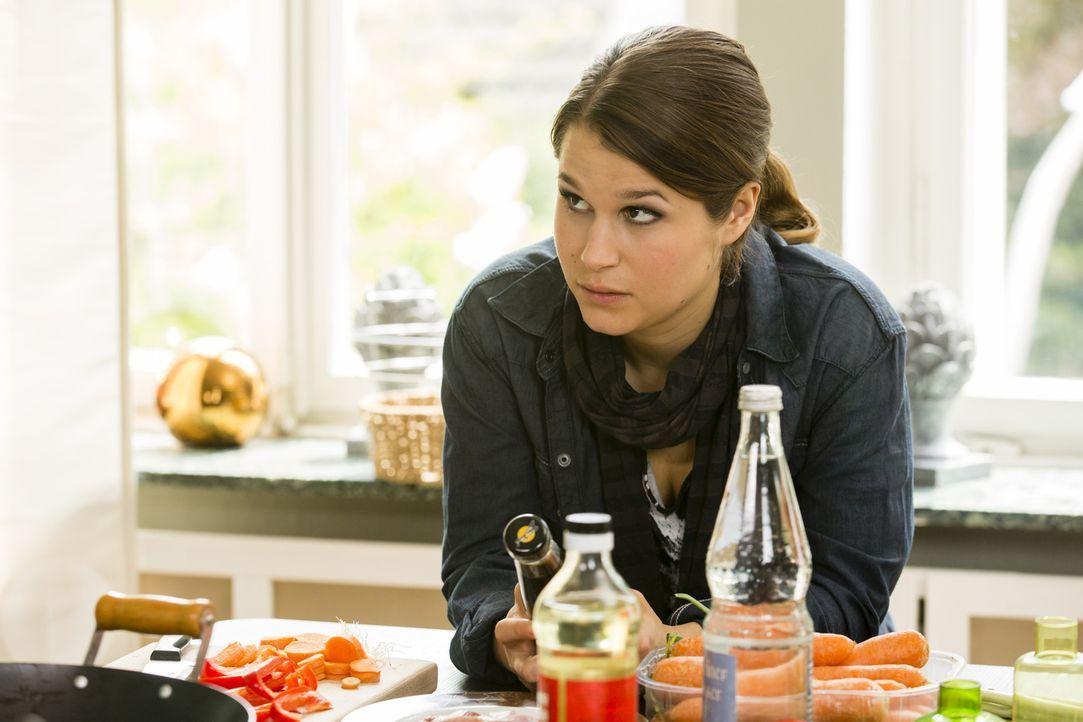 """Bastians Nichte Kim (Cristina do Rego) bekommt mit, dass ihr Onkel der Telefonjoker von Michael Kessler bei """"Wer wird Millionär"""" ist ... - Bildquelle: Frank Dicks SAT.1"""