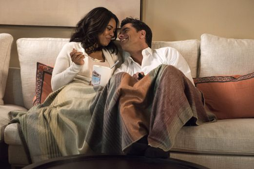 Grandfathered - Catherine (Regina Hall, l.) und Jimmy (John Stamos, r.) schwe...