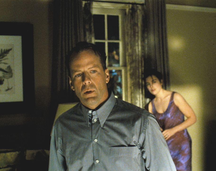 Der Einbrecher im Haus von Malcolm Crowe (Bruce Willis, l.) und seiner Frau Anna (Olivia Williams, r.) entpuppt sich als ehemaliger Patient. Bevor d... - Bildquelle: Buena Vista Pictures