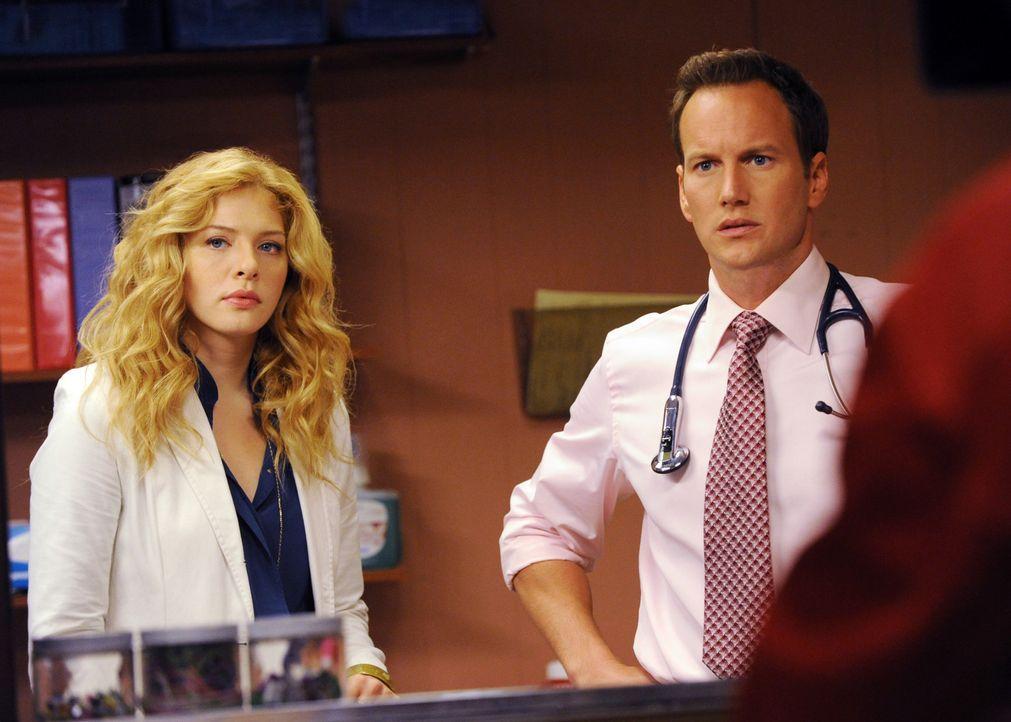 Dr. Michael Holt (Patrick Wilson, r.) und Kate Sykora (Rachelle LeFevre, l.) beobachten einen Mann, der im Zuge eines Wutanfalls einen Getränkeauto... - Bildquelle: 2011 CBS BROADCASTING INC. ALL RIGHTS RESERVED