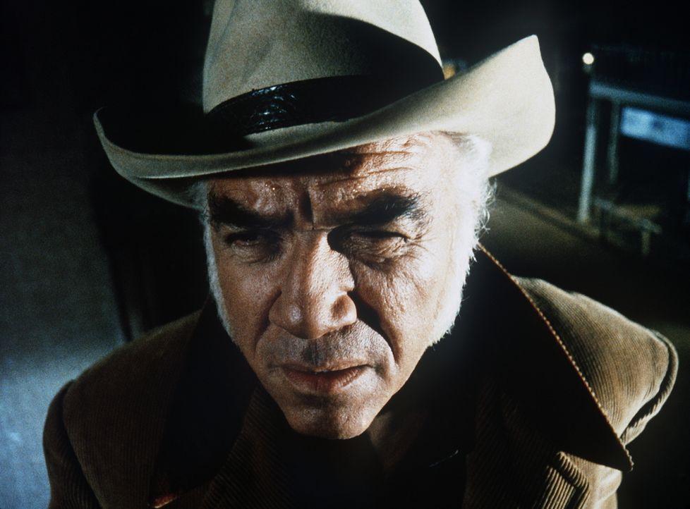 Ben Cartwright (Lorne Greene) irrt orientierungslos durch die Stadt. - Bildquelle: Paramount Pictures