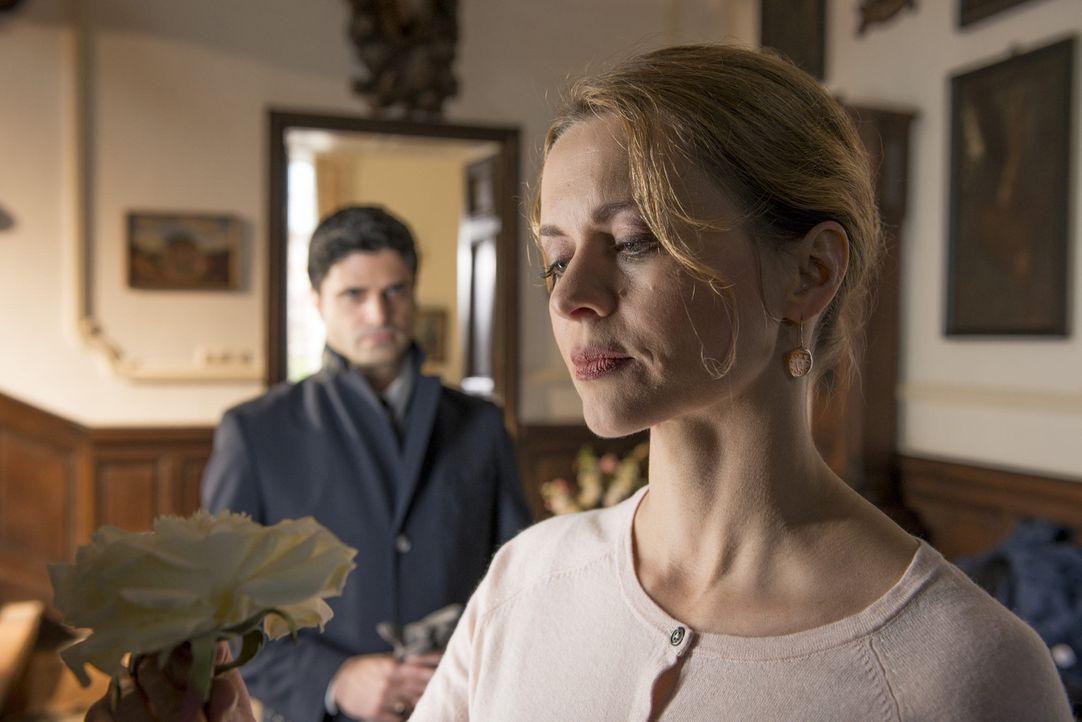 Da Dr. Stephan Brügge als Verdächtiger in einem Mordfall in Frage kommt, nimmt sich Andreas (Maximilian Grill, l.) dessen Frau Gudrun Brügge (Chr... - Bildquelle: Martin Rottenkolber SAT.1