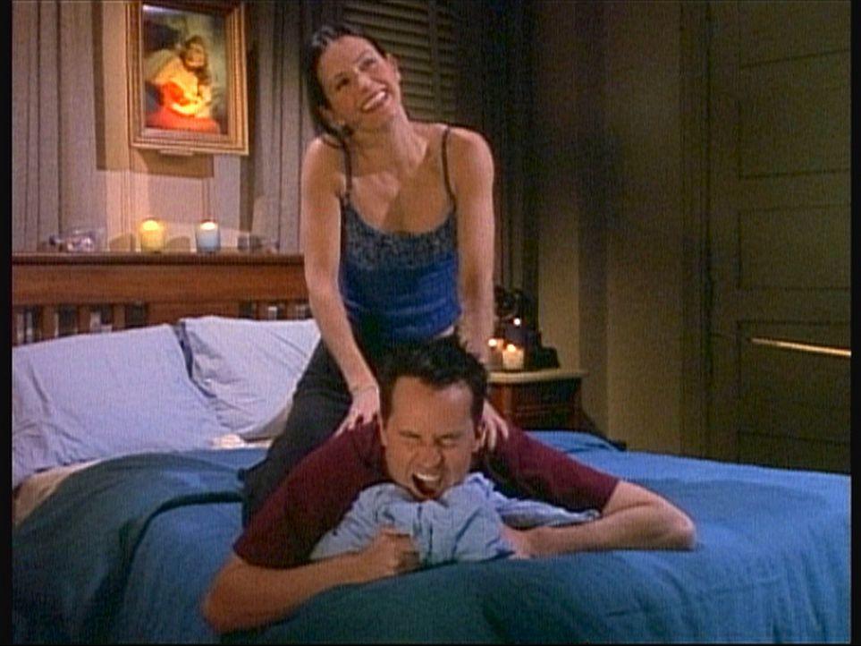 Monica (Courteney Cox, oben) massiert Chandler (Matthew Perry, unten) leidenschaftlich gerne, doch der fühlt sich wie auf einer Folterbank. - Bildquelle: TM+  2000 WARNER BROS.