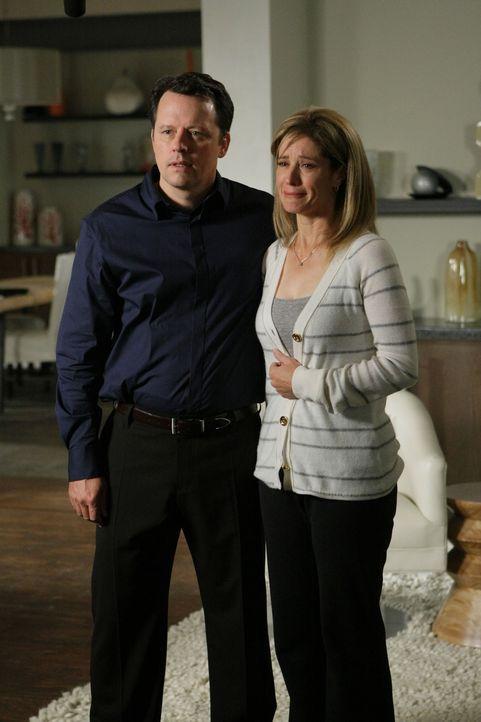 Darren (Steven Culp, l.) und seine Frau Laura (Nancy Travis, r.) machen sich große Sorge um ihre taube Tochter Nicole, die entführt wurde ... - Bildquelle: Paramount Network Television
