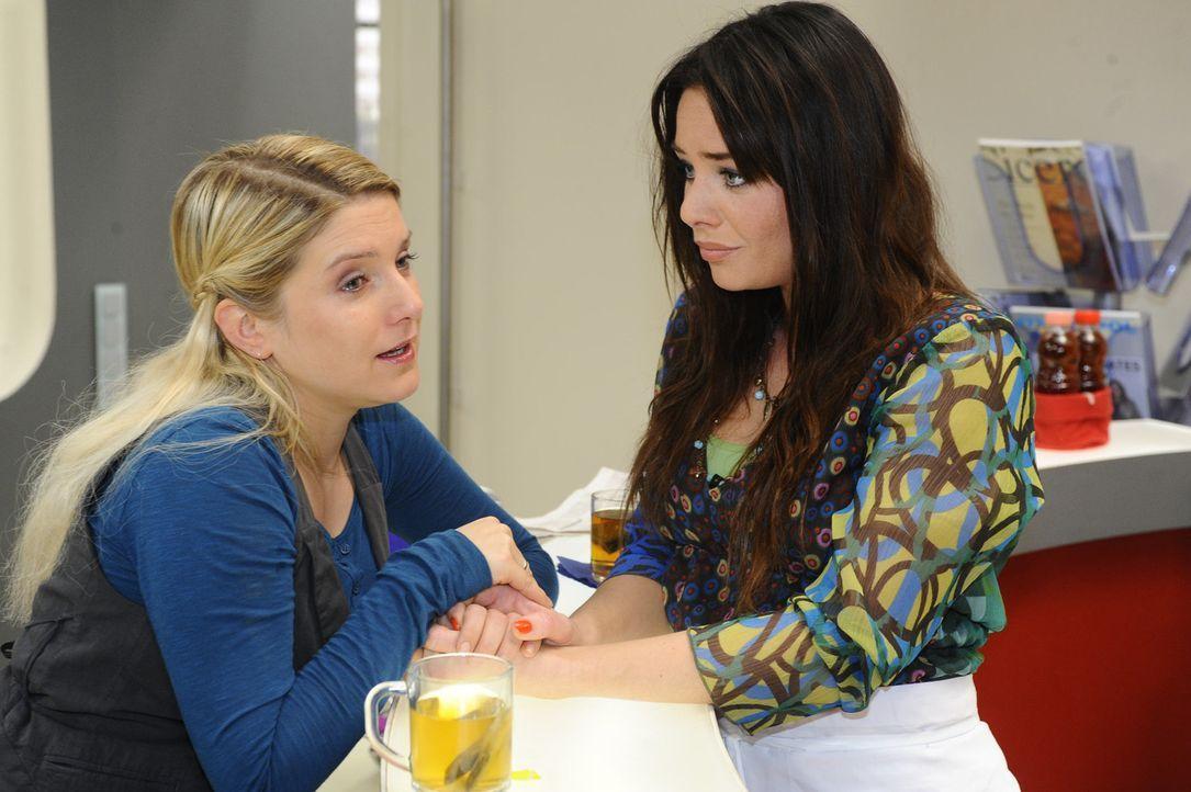 Anna (Jeanette Biedermann, l.) eröffnet ihrer besten Freundin Paloma (Maja Maneiro, r.), dass sie plant, auszuwandern ... - Bildquelle: SAT.1