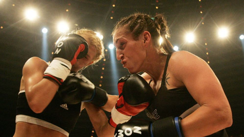 Julia Irmen (rechts) im Nahkampf mit ihrer Gegnerin. - Bildquelle: imago