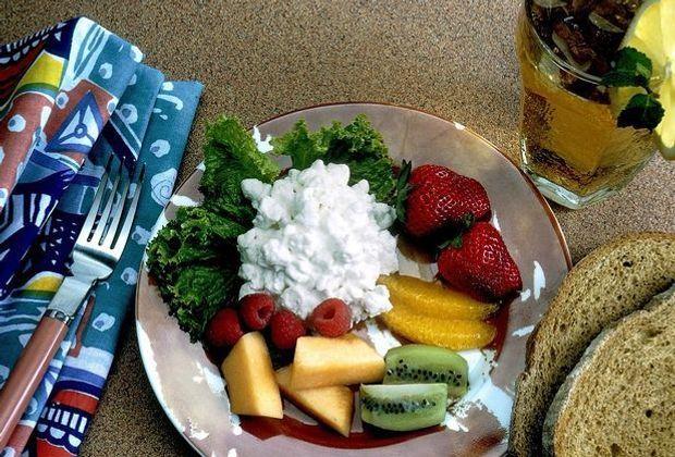 Kalorienarme Snacks mit einer gehörigen Portion Genuss: Hüttenkäse können Sie...