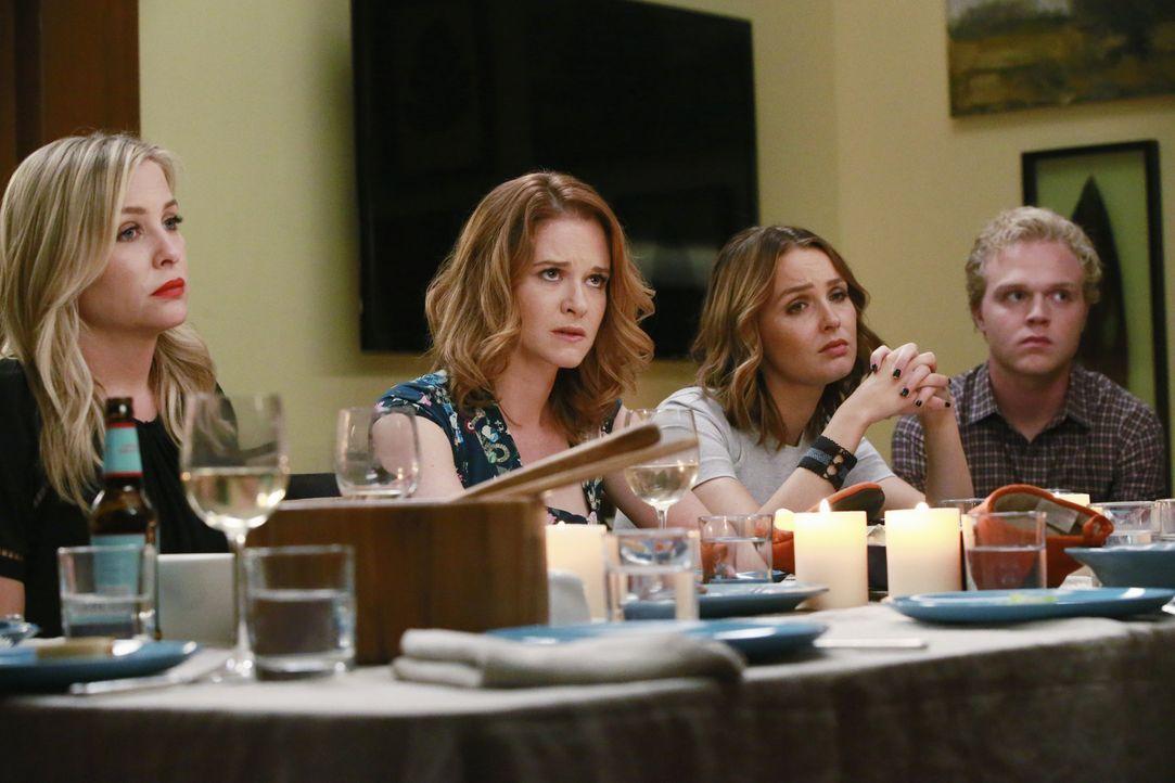 Sind geschockt, als sie erfahren, wer Callies neue Freundin ist: Arizona (Jessica Capshaw, l.), April (Sarah Drew, 2.v.l.), Jo (Camilla Luddington,... - Bildquelle: Mitchell Haaseth ABC Studios