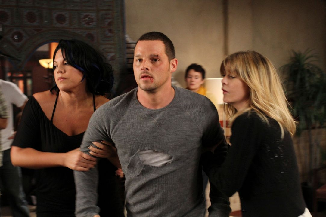 Während der Einweihungsparty von Cristinas und Owens Wohnung geraten Alex (Justin Chambers, M.) und Jackson wegen April aneinander. Meredith (Ellen... - Bildquelle: ABC Studios