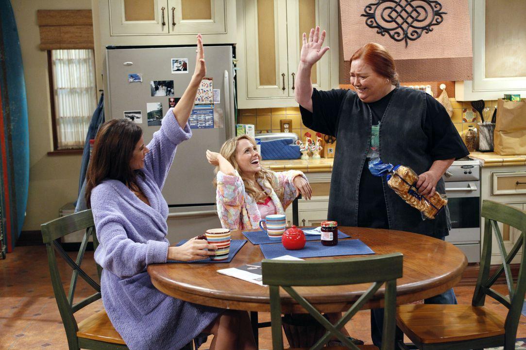 Männerfreie Zone: Chelsea (Jennifer Taylor, l.), Melissa (Kelly Stables, M.) und Berta (Conchata Ferrell, r.) ... - Bildquelle: Warner Bros. Television