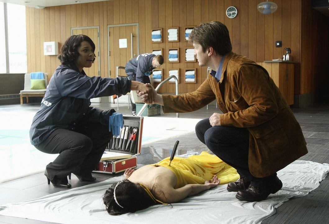 Lanie Parish (Tamala Jones, l.) ist sehr erfreut, den Schriftsteller Richard Castle (Nathan Fillion, r.) persönlich kennenlernen zu dürfen ... - Bildquelle: ABC Studios