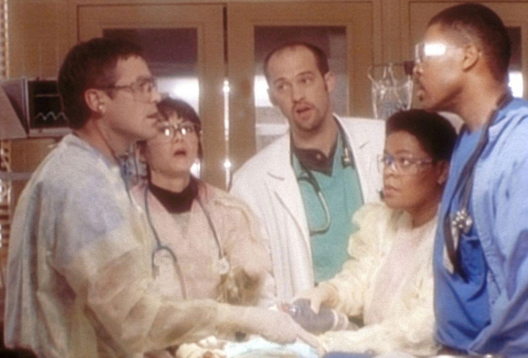 Dr. Benton (Eric LaSalle, r.) hat den Großvater eines Patienten von Dr. Ross (George Clooney, l.) über dessen Fehldiagnose informiert. - Bildquelle: TM+  WARNER BROS.
