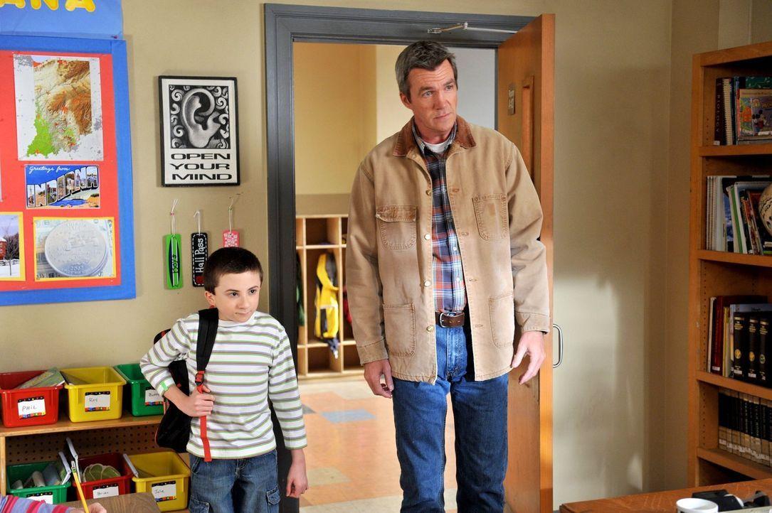 Nachdem Brick (Atticus Shaffer, l.) beim Buchstabierwettbewerb der Schule versagt hat, muss Mike (Neil Flynn, r.) ihn davon überzeugen, wieder in di... - Bildquelle: Warner Brothers