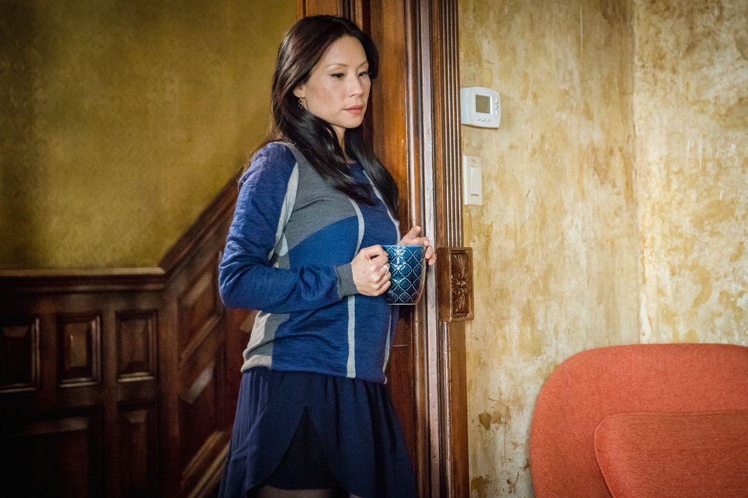 Watson (Lucy Liu) ist leicht irritiert vom aktuellen Heimprojekt ihres Kollegen Holmes, der sich um einen ehemaligen Kampfhahn kümmert und ihn in se... - Bildquelle: CBS Television